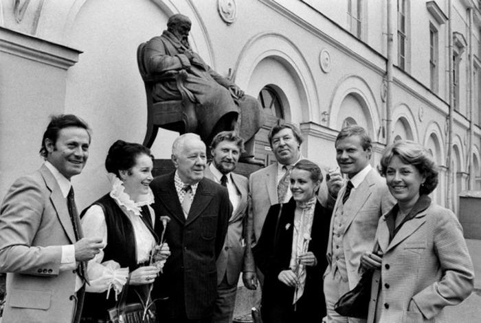 Филиппов с артистами Малого театра. /Фото:govza.ru
