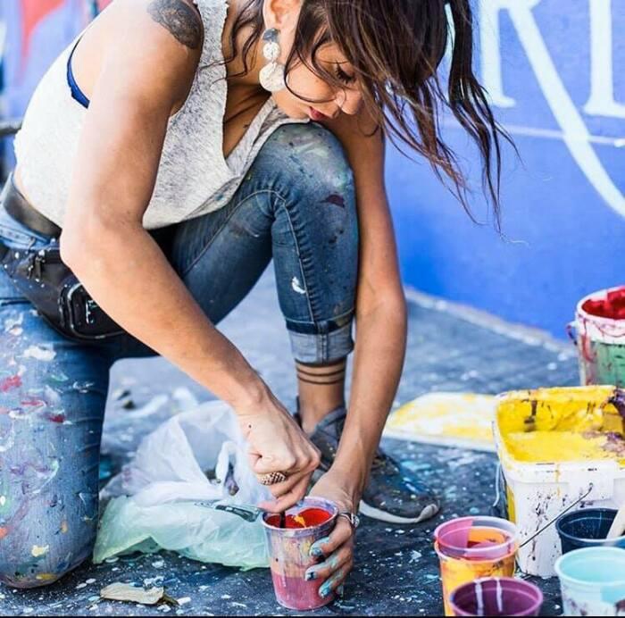 Она попробовала порисовать с помощью баллончика и поняла, что разрисовывать стены её призвание.