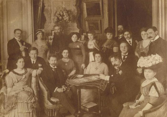 Кусевицкие (стоят справа) в компании великих музыкантов (Шаляпина, Срябина и т.д.). Берлин, 1910. /Фото:culture.ru