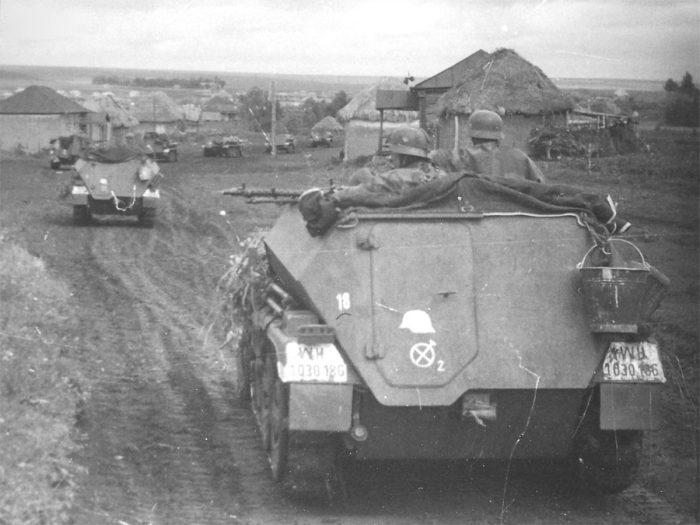 Бронетехника 2-го разведывательного батальона дивизии «Великая Германия» на марше села Девица. /postimg.cc