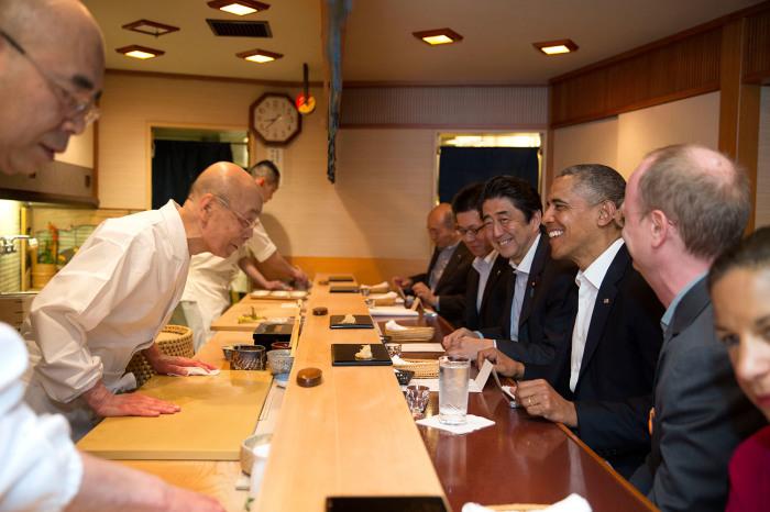 Президент США Барак Обама и премьер-министр Японии Яб Абэ Синдзо в ресторане Дзиро Оно. 2014 год. /Фото:wikimedia.org