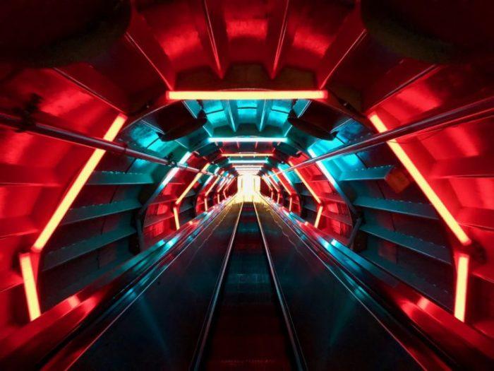 Самое яркое впечатление при посещении «Атомиума» - это путешествие из одного атома в другой по тоннелю с космическим освещением. /Фото: plusaunord.com
