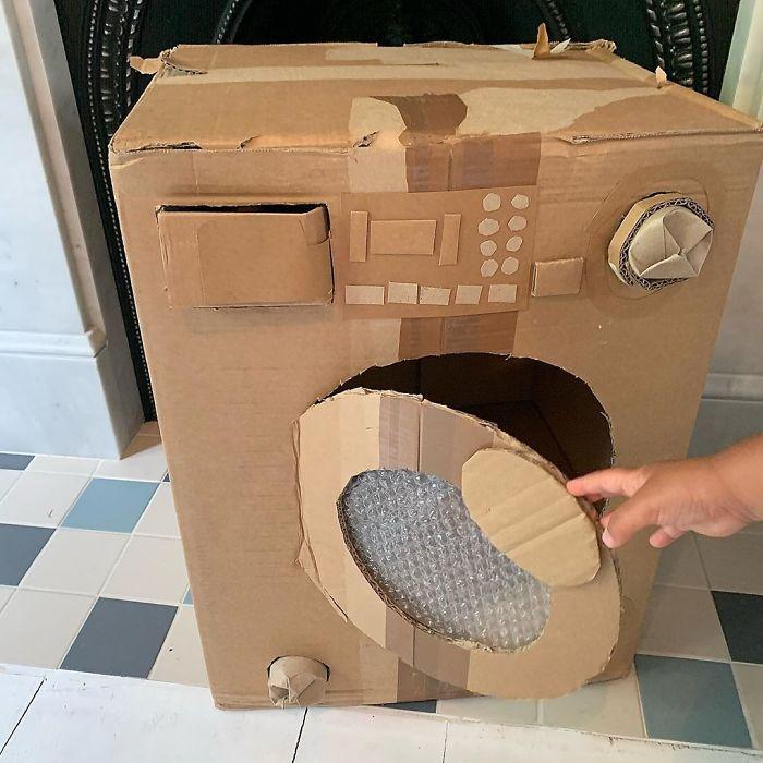 Стиральная машинка оснащена рукояткой, кнопками и другими деталями.
