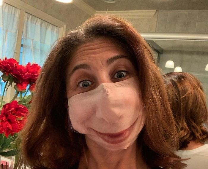Эта женщина в своей неудачной маске стала похожа на мультперсонажа.