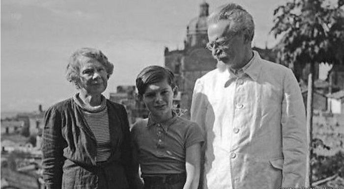 Троцкий с женой и внуком.