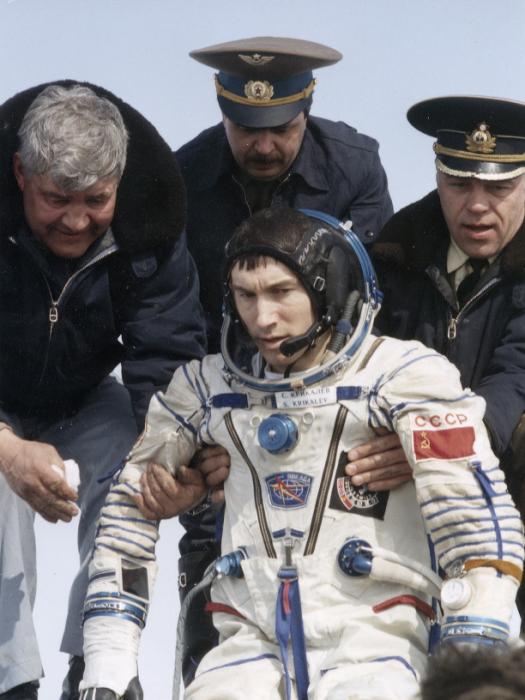 Крикалёву помогают выйти из капсулы «Союза». Март 1992 года. /Фото: ТАСС/Совфото/Eastfoto