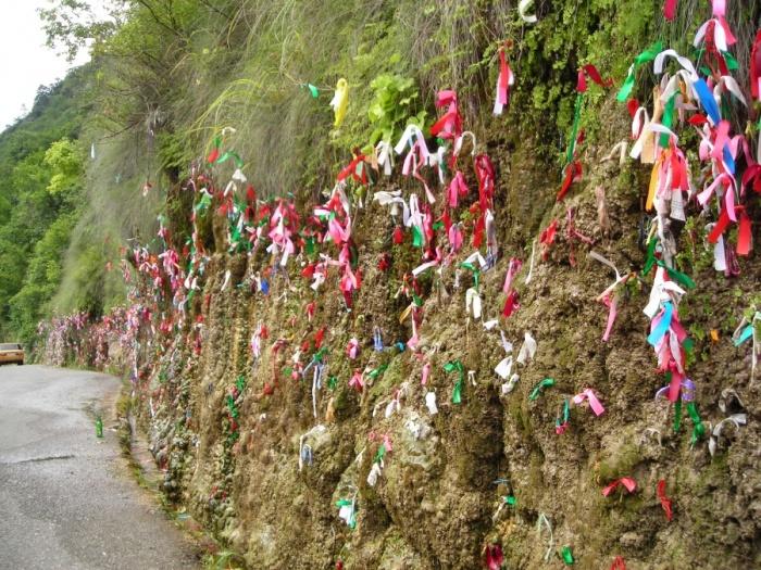 Отвесная стена украшена ленточками. /Фото:fototerra.ru