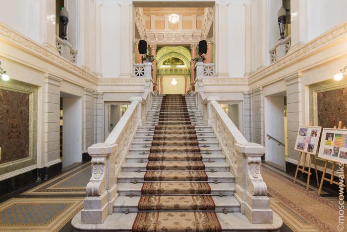 Мраморная лестница./Фото:moscowwalks.ru