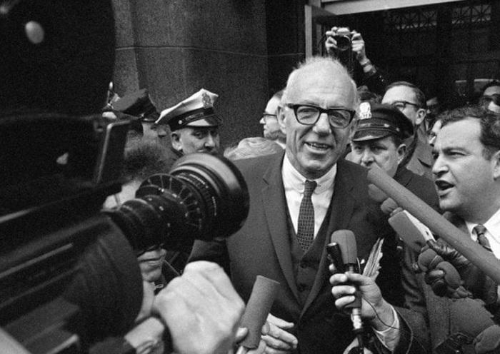 Доктор Спок общается с прессой после снятия с него официальных обвинений в агитации молодежи не идти на призывные пункты. Бостон, 1968 г. /Фото:washingtonpost.com