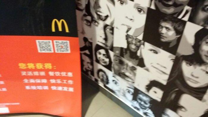Свое лицо она обнаружила даже на рекламном плакате китайского Макдональдса. /Фото со странички Шубнум в Твиттере