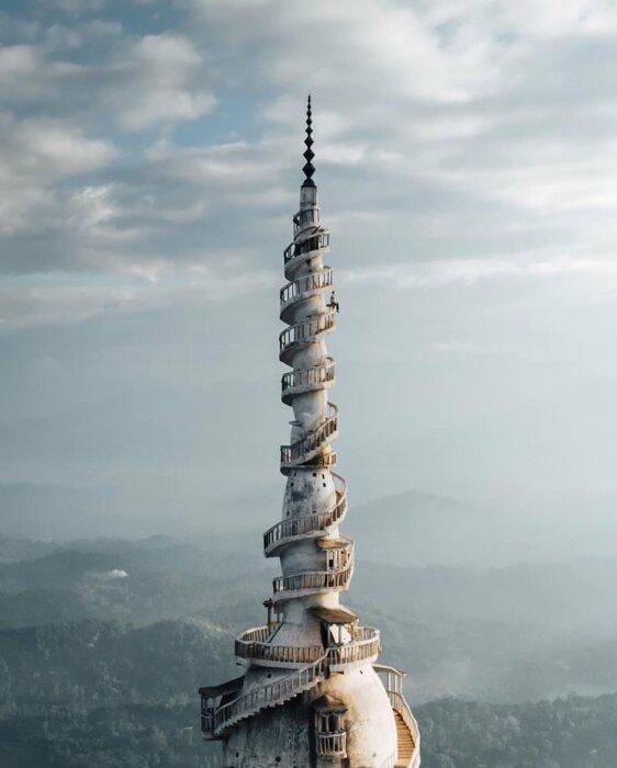 На этом фото отлично видно, как сужается башня. /Фото: @GeographyNow в twitter