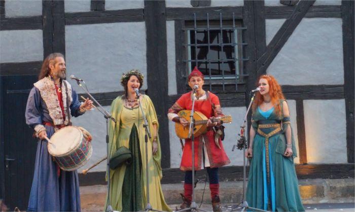 Выступление музыкантов на фестивале в Эрфурте. Это единственный в Германии праздник, учрежденный в честь моста. /Фото:travelcalendar.ru