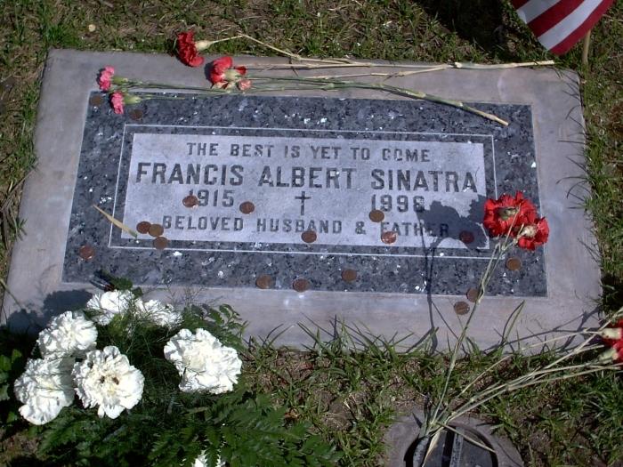 10-центовую мелочь на могилу певца приносят многие поклонники его таланта, но не все знают, откуда взялась эта традиция. /Фото:foundagrave.com