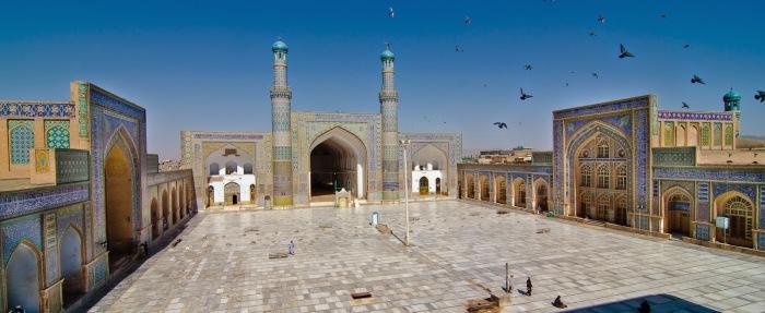 Огромная территория и небесно-голубое здание создают ощущение простора и полета. /Фото:islamicfinder.info