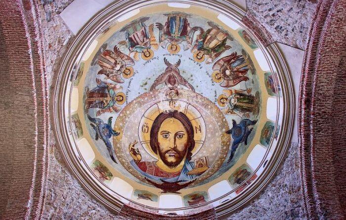 Если посмотреть наверх, можно увидеть огромный лик Христа. /Фото:ecovolonter.ru
