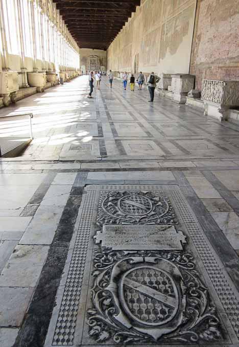 По некоторым надгробным плитам разрешается ходить, что кажется странным. /Фото:putevye-istorii.ru