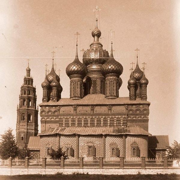 Ретро-фотография церкви и колокольни.