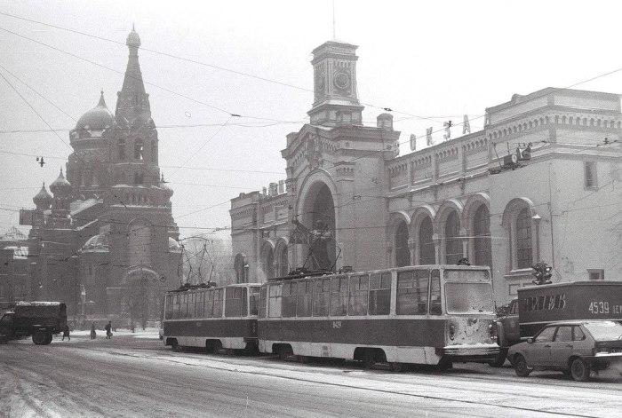 Храм и вокзал в советские годы. / Фото: страница храма Воскресения Христова в соцсети.