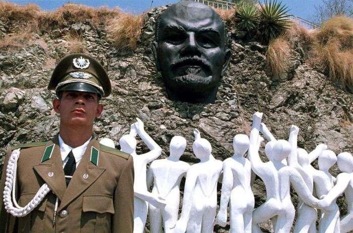 Кубинский военный на фоне памятника. /Фото:like-a.ru