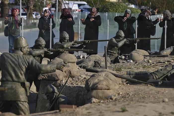 Эджеабат. Посетители Мемориала памяти турецких солдат. /Фото:AP, kommersant.ru