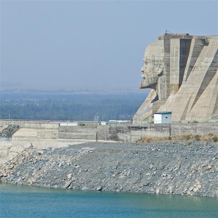 Голова размером с пятиэтажный дом впечатляет и демонстрирует мощь советского гидростроительства. /Фото:too.kg