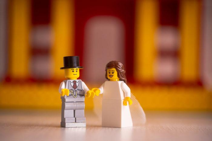 Крис отработал эту свадьбу так, словно перед ним вовсе не пластиковые фигурки, а реальные молодожены.