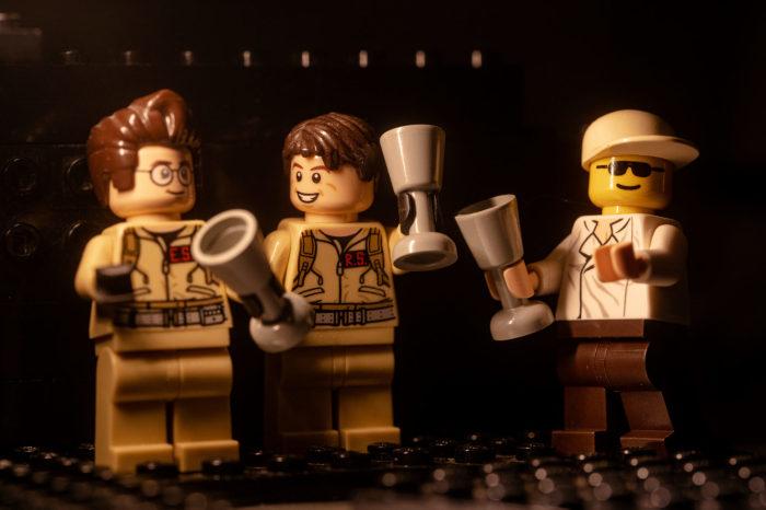 Лего-жених расслабляется с лего-шаферами.