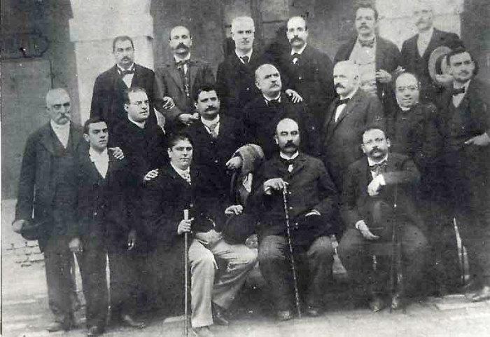 Морески - слева в нижнем ряду. /Фото: coromoreschi.it