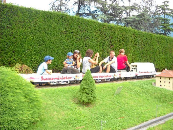Посетителей возят по парку по миниатюрной железной дороге. /Фото:archimir.ru