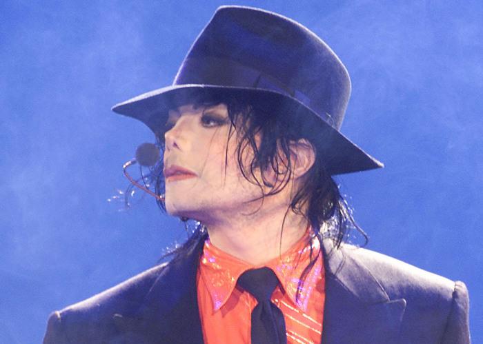 Некоторые уверены, что король поп-музыки выбрал себе такую внешность, очарованный образом древней статуи. /Фото:blkcosmo.com