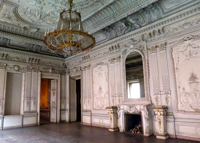 По легенде, здесь располагалось зеркало Драуклы. Сейчас на его месте висит обычное зеркало, которому никто не приписывает волшебных качеств. Фото:lenarudenko.lj.com