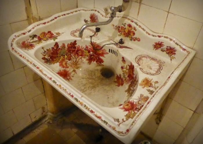 Расписная раковина, как и все остальные детали, восхищает экскурсантов. /Фото: lenarudenko.lj.com