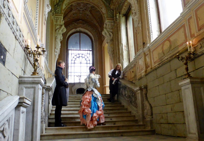 Съемки фильма на парадной лестнице особняка. / Фото:lenarudenko.lj.com