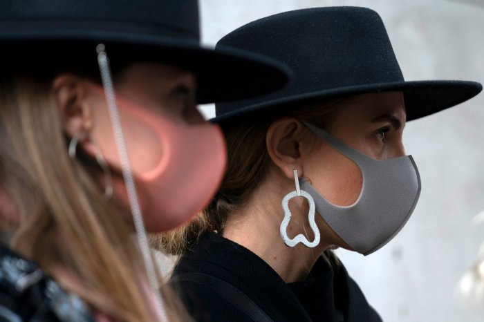 Маски на Неделе моды в Лондоне. /Фото: EPA