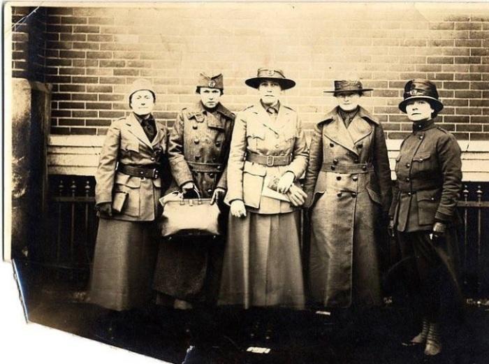 Эстер Пол с женщинами-врачами.
