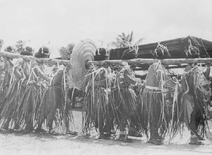 Аборигены переносят гигантскую монету на шесте. /Фото:mff.livejournal.com, Дмитрий Малов