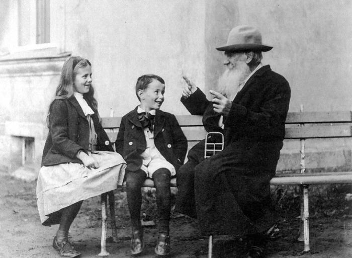 Лев Толстой с внуками. /Ретро-фото