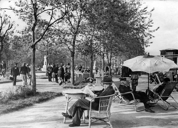 Так отдыхали москвичи в парках и на бульварах. /Фото:moiarussia.ru