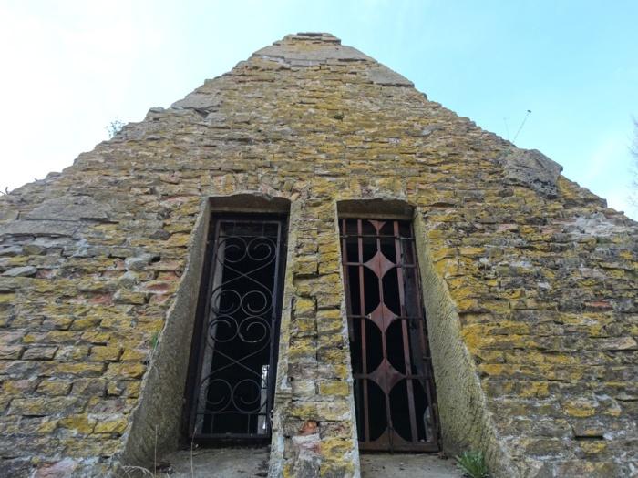 Пирамида в наши дни. /Фото:navkoloua.com