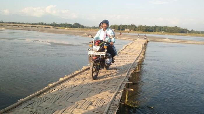Мотоцикл может проскочить там, где не проедет машина скорой помощи. /Фото:thebetterindia.com