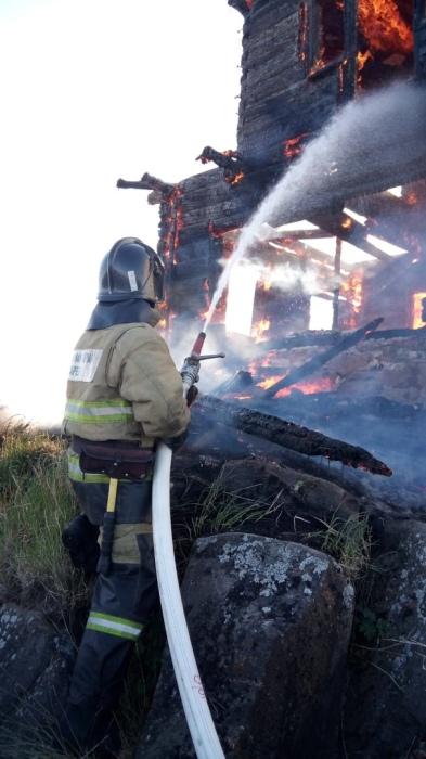Пожар тушили шесть человек, использовались две единицы техники. /Фото: ОПС по Кемскому району