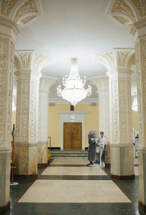 Внутри многоэтажка напоминает дворец-музей./Фотоthe-village.ru