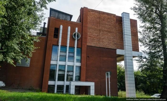 Ещё одно оригинальное здание в стиле необрутализма. /Фото:anthrax-urbex.livejournal.comanthrax-urbex.livejournal.com