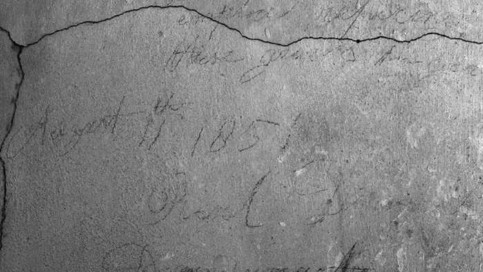 Строители, которые закладывали вход кирпичом, оставили потомкам свои имена. /Фото: Британский парламент