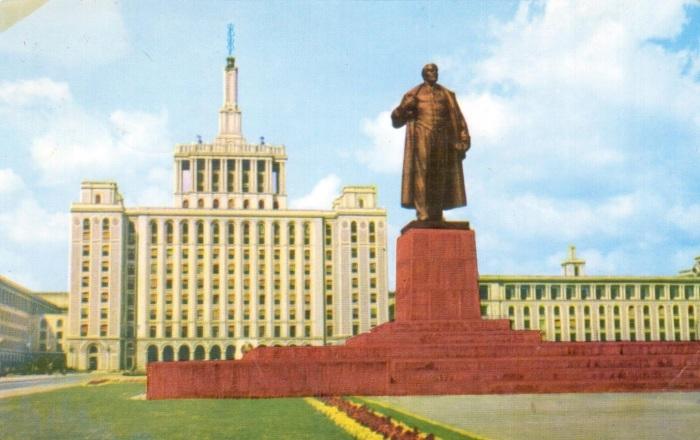 Высотка в Бухаресте и памятник Ленину на старинной открытке.