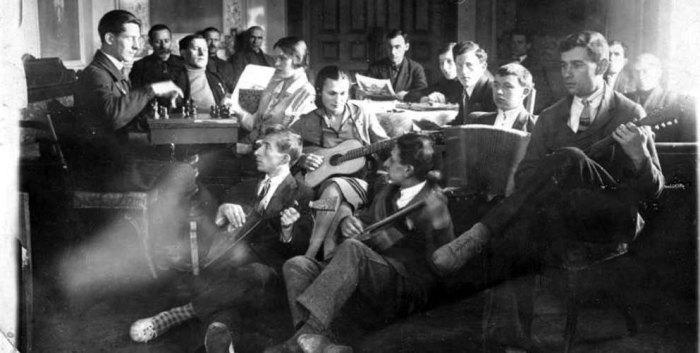 1925 год. Члены клуба кинокомпании «Межрабпом-Русь» в помещении бывшего ресторана. /Фото:http:/iknigi.net