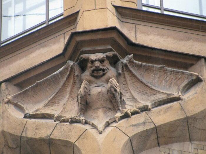 Здание украшают интересные персонажи. /Фото:pantv.livejournal.com