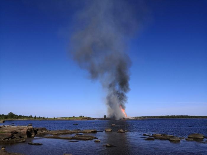 Многие местные жители считают, что это поджог. /Фото: «Подслушано/Кемь» в «ВК»