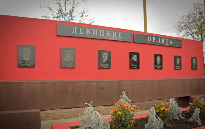 Похоронить ребят удалось,когда наши войска освободили деревню, но памятник поставили лишь в 1967-м. /Фото:fotoannazv77