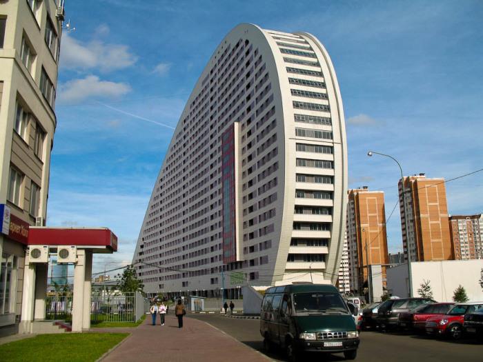 Дом-парус можно назвать главным зданием архитектурной композиции.